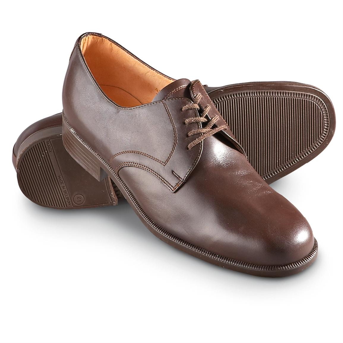 В качестве обуви в стиле милитари в зависимости от времени года подойдут сапоги, ботинки на толстой подошве, туфли